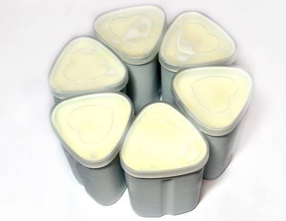 3. Подготовьте стаканчики, простерилизуйте их предварительно. Разлейте молоко с закваской по стаканам, накройте крышками. Это специальные стаканчики для йогурта, но вы можете использовать и обыкновенные стеклянные баночки.
