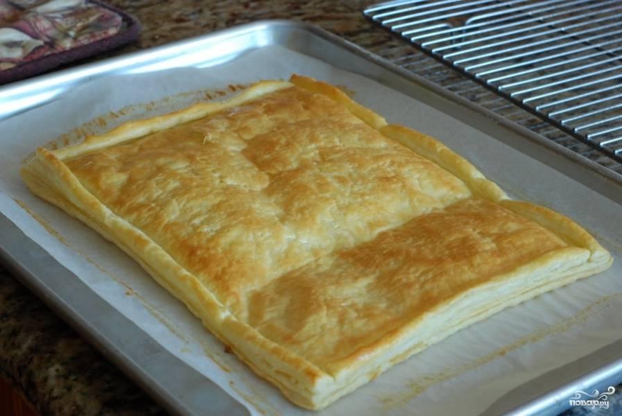 Ставим тесто в духовку, разогретую до 200 градусов, и запекаем около 13-15 минут до золотистости.