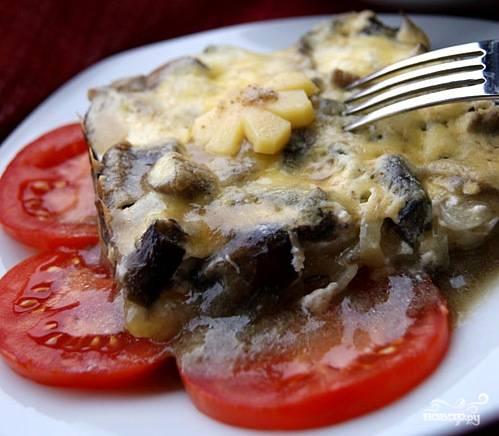 Хрустящая сырная корочка, умопомрачительный аромат грибов и лука, нежнейший картофель - вот что получается в итоге!:) Дайте блюду немного остыть, разрежьте на порции и скорее подавайте на стол!