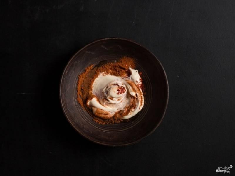 3. Теперь - соус. Смешаем майонез, паприку, мед и перец. Добавим к остальным ингредиентам, перемешаем и выкладываем в тарталетки.