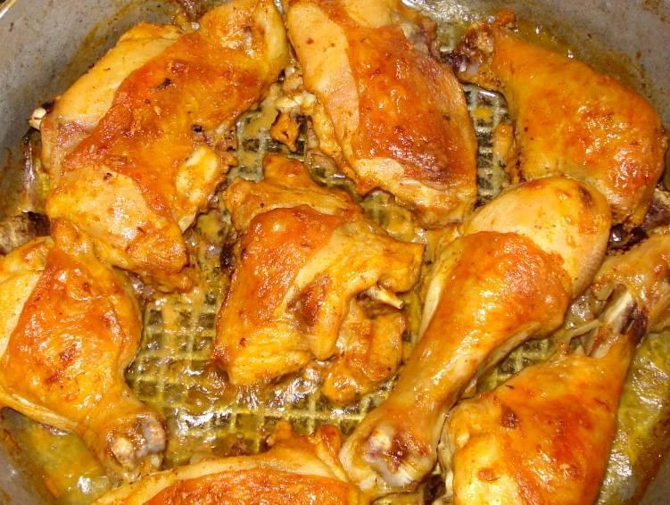Готовить курицу нужно примерно час и 2-3 раза за это время необходимо достать сковороду из духовки и полить мясо образовавшимся при запекании жирком. В итоге мы получим невероятно вкусное и ароматное мяско. Приятного всем аппетита!