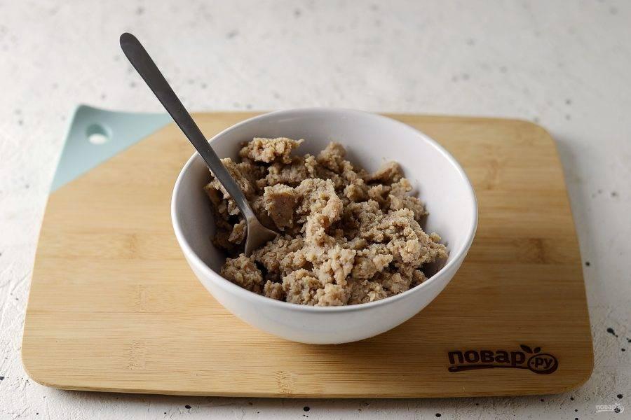 Измельчите вареную гречку, затем протрите через сито для однородности. Добавьте соль по вкусу, перемешайте.