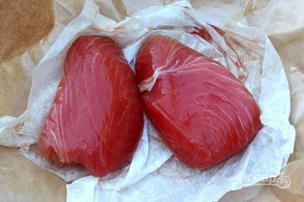 5. Вымойте, обсушите и сбрызните маслом стейки тунца.