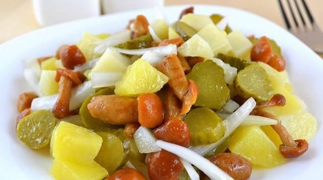 4. Добавим в конце опята прямо целыми, перемешаем салат. Добавим масло и соль, и наш салат готов!