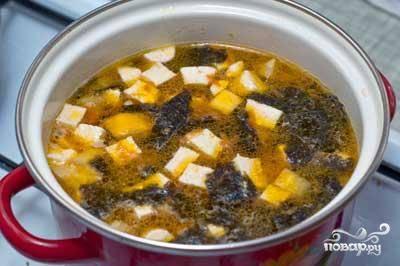 Затем добавить для хорошего аромата 2 ст. ложки соевого соуса и варить еще 5 минут. Затем снять с огня и подавать к столу.