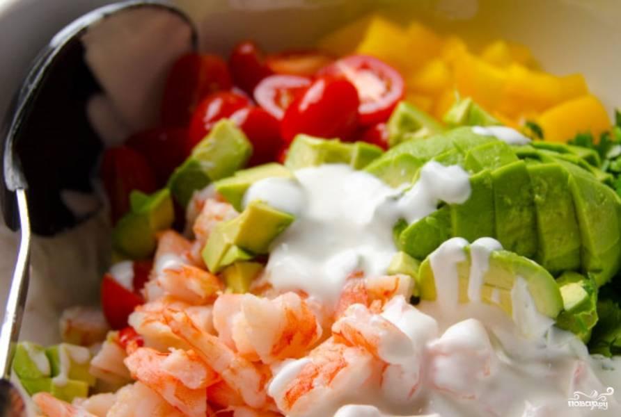 2. Для соуса смешаем греческий йогурт, уксус и давленный чеснок. Сюда же я добавляю и специи - соль, перец и сушеный базилик. Этим соусом заправляем салат, аккуратно перемешав.