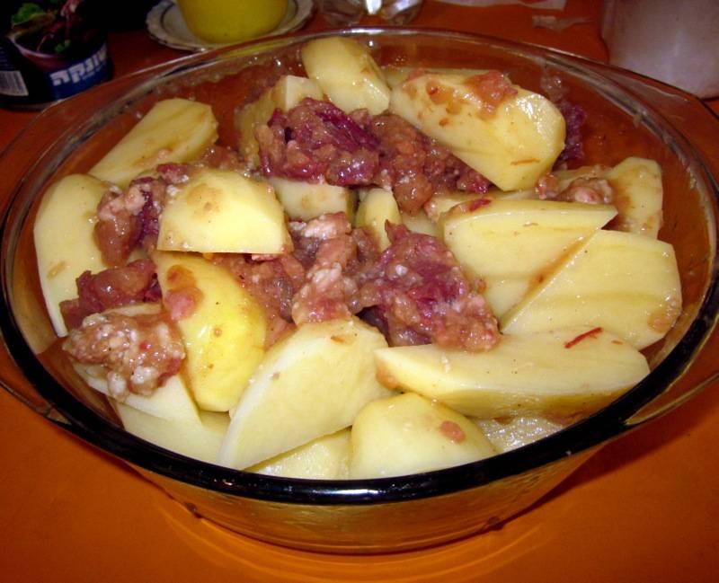 2. Перемешаем тщательно картошку с тушенкой. Соль и перец, а также приправы добавляем по своему вкусу.