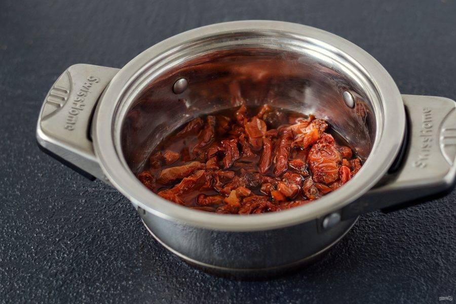 Нагрейте в кастрюле белый винный уксус и воду, доведите маринад до кипения. Проварите в нем томаты 5 минут, затем хорошенько обсушите.