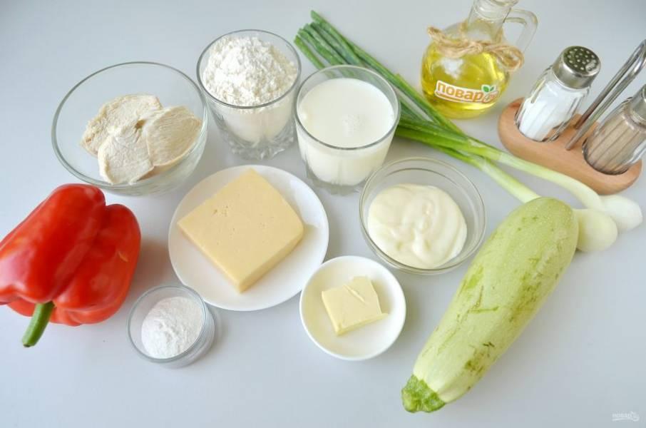 1. Подготовьте продукты. Заранее отварите куриное филе в соленой воде, остудите. Вместо зеленого лука можно использовать порей или сельдерей стеблевой.