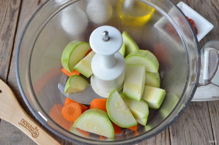 Морковь и кабачки измельчите удобным способом. Можно пропустить через мясорубку или стационарный измельчитель.