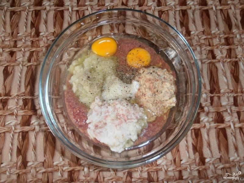 Прокрутив также печень, добавляем в нее яйца, овсянку, лук и сало.