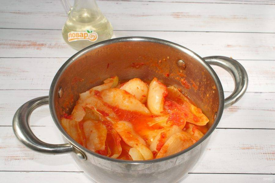 Томатный сок доведите до кипения. Добавьте нарезанный перец, варите в течение 10 минут.