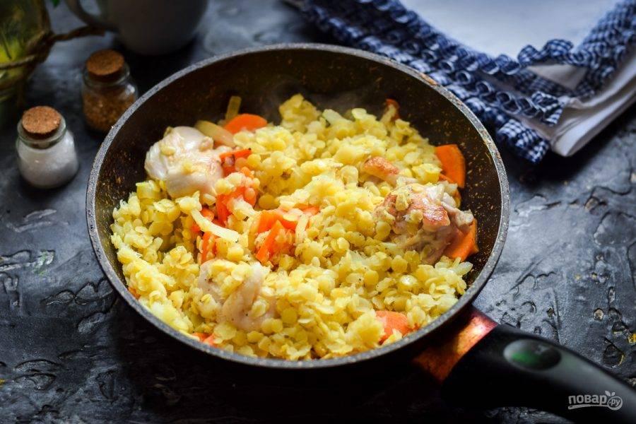 Спустя время добавьте в сковороду чечевицу, соль, перец, специи по вкусу. Прогрейте все 5-7 минут и подавайте к столу.