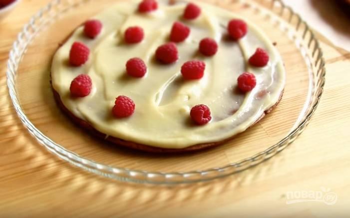 8. Время собирать торт! На блюдо положите корж, смажьте его кремом и разложите ягодки. Чередуйте так все слои. Кремом смажьте верх и бока торта.