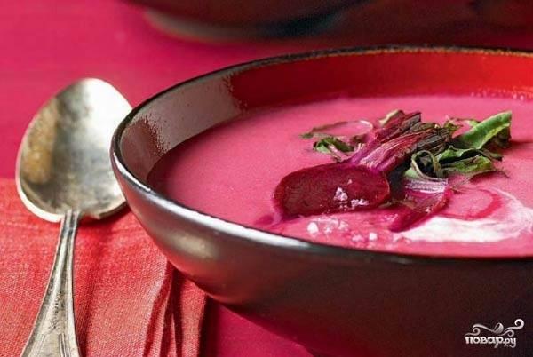 Подать этот удивительно красивый суп можно с сухариками из черного хлеба и отварным яйцом, посыпав мелко рубленной зеленью петрушки и укропа. Или украсив ломтиками вареной свёклы - кому как больше нравится!