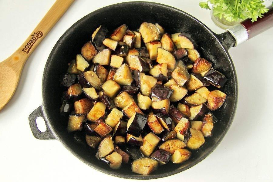 Обжарьте на сковороде на среднем огне, периодически помешивая до золотистого цвета.