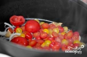 Затем добавляем порезанные помидоры (если у вас черри, то режем их пополам) и обжариваем вместе с луком в течении 15 минут на среднем огне. Чтоб овощи не пригорали можно добавить немного воды или бульона.