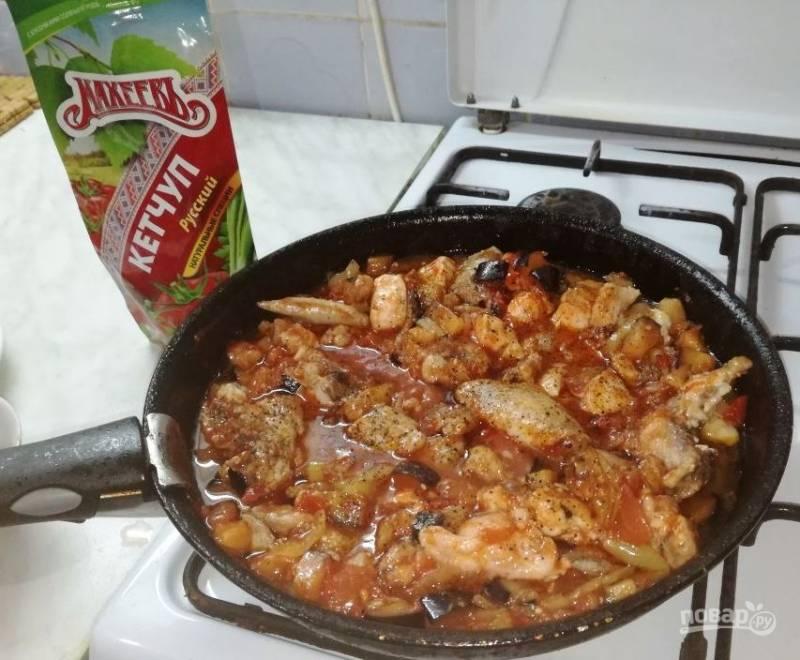 В перемешанные овощи добавляем обжаренную курочку, кипяченую воду, соль и черный перец по вкусу. Тушим 30 минут, за 5 минут до готовности кладем чеснок.