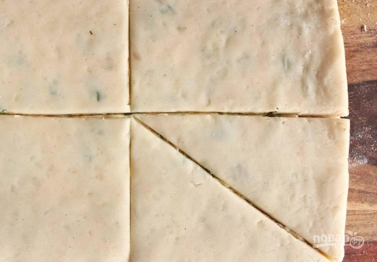 8.Разделите тесто на прямоугольники и каждый еще по диагонали на 2 части. Всего получится 8 уголков.