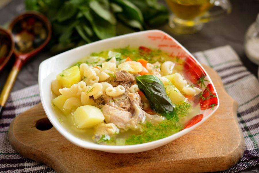 Разлейте горячий суп в порционные тарелки и подавайте к столу. Приятного аппетита!