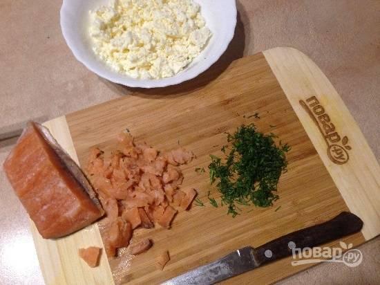 2. Подготовим начинку. Измельчаем вилкой брынзу, мелко порубим зелень и небольшими кусочками нарежем красную рыбку.