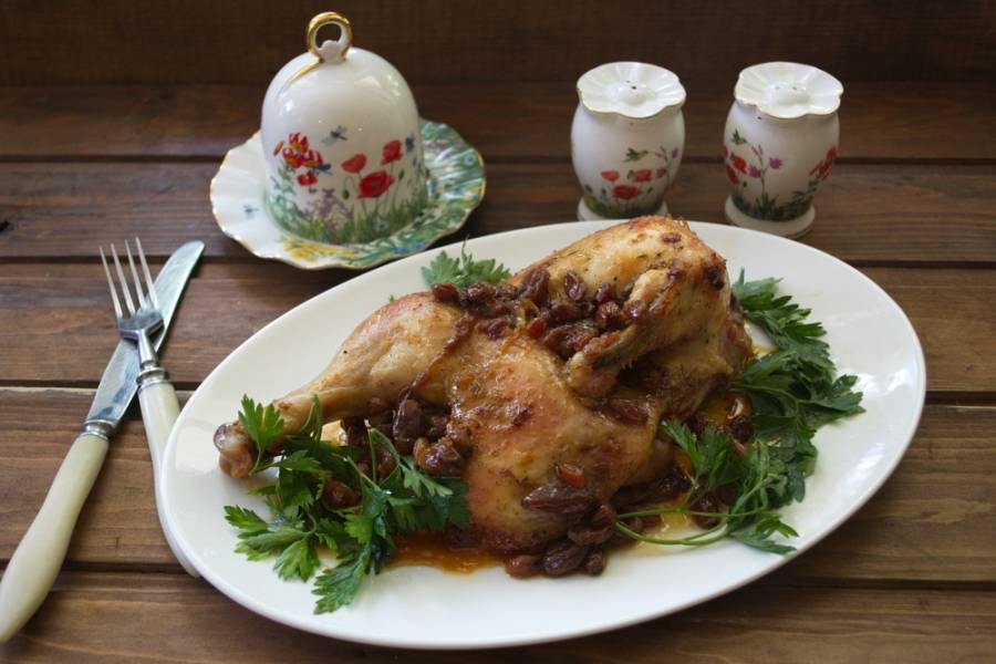 Подайте птицу к столу. Вкусная и ароматная, она готова. Гарнир уже не требуется, хотя его тоже можно подать отдельно.