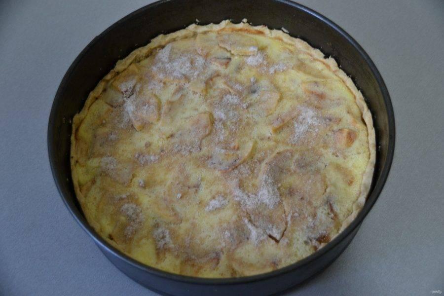 Через 25 минут достаньте пирог, посыпьте коричневым сахаром и продолжайте запекать еще 20 минут.