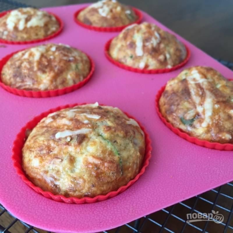 3.В формы для кексов выложите по столовой ложке теста, посыпьте кексы оставшимся тертым сыром. Отправьте в разогретый до 175 градусов духовой шкаф на 30-35 минут.