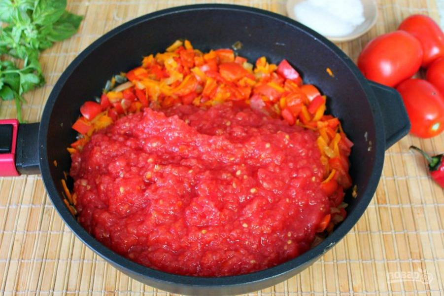 Помидоры пропускаем через мясорубку и добавляем к овощам.