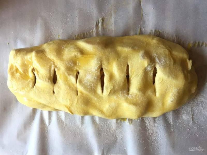 8.Сделайте надрезы по всему пирогу, чтобы выходил пар в процессе выпекания, и запекайте пирог в разогретом до 190 градусов духовом шкафу 20 минут.