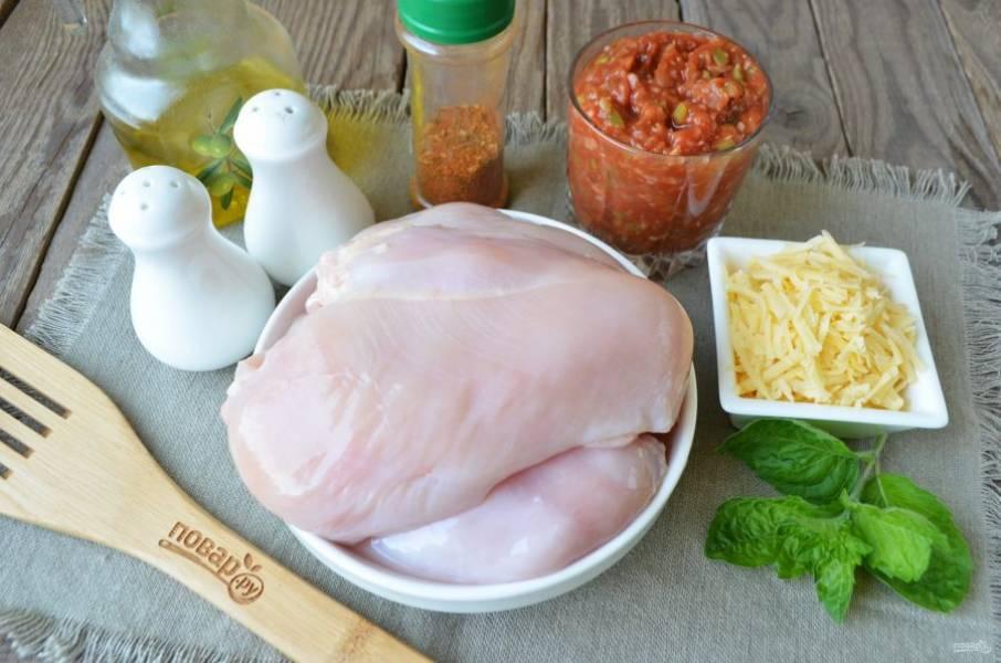 Подготовьте продукты для рецепта. Вымойте тщательно куриные филешки, обсушите их бумажным полотенцем. Сыр натрите на крупной терке. Для подачи блюда используйте любую зелень. Приступим!
