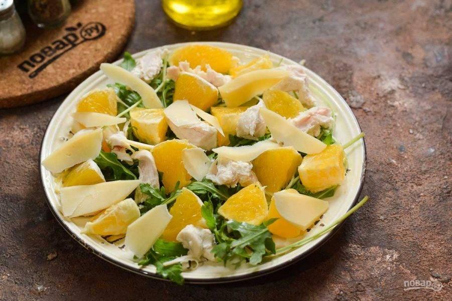 Сбрызните салат маслом и добавьте нарезанный пластинами сыр. Соль и перец всыпьте по вкусу. Салат подавайте к столу.