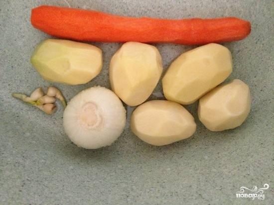 Промойте курицу, почистите картошку, морковку и лук, а также чеснок.