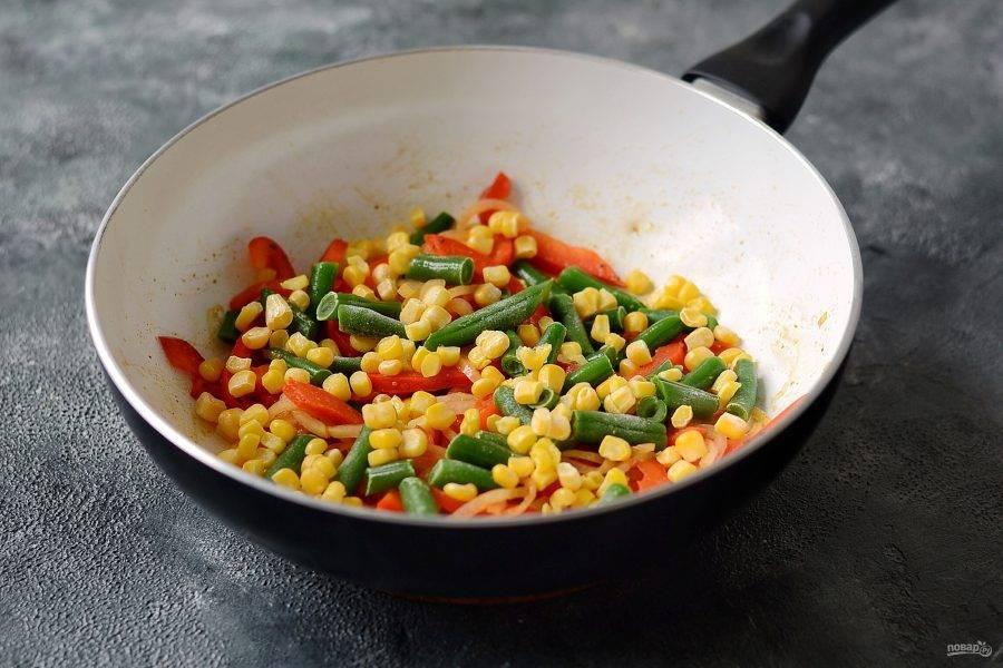 Добавьте кукурузу и стручковую фасоль, прогрейте их пару минут.