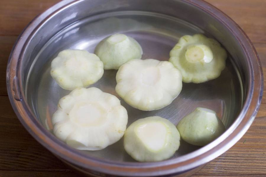 2. Патиссоны моются и очищаются от плодоножек. Кладем их в воду в кастрюлю и ставим на огонь. Они должны прокипеть 7 минут.
