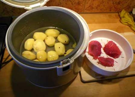 Первым делом мы чистим картофель, промываем его и выкладываем в чашу мультиварки, наливаем водичку (до нижней черты чаши), солим ее, добавляем перец горошком и лавровый лист.