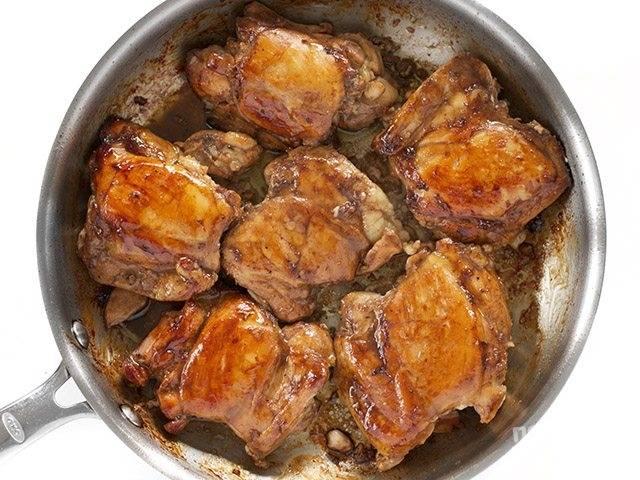 3.Разогрейте сковороду и выложите в нее мясо, обжарьте его до золотистой корочки со всех сторон.