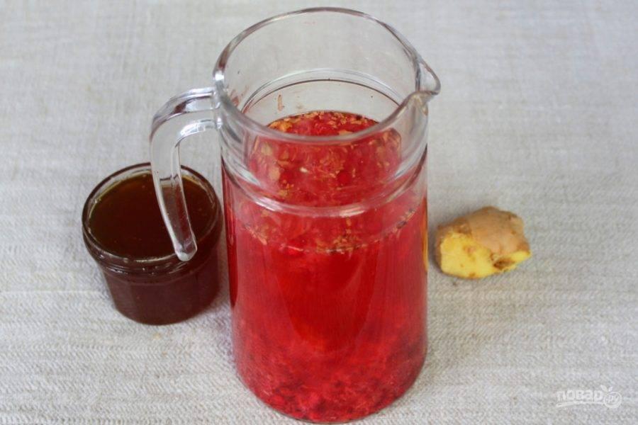 Наливаем в кувшин теплую воду (60-80 градусов) и настаиваем. Когда напиток остынет до 40 градусов добавляем мед и все хорошо перемешиваем.