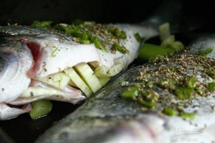 Посолите и поперчите рыбку внутри и снаружи, приготовьте смесь из половины измельченных трав и уксуса. Начините этой смесью рыбку.