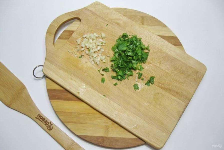 Мелко нарежьте чеснок и петрушку.