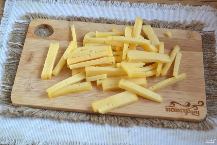 Сыр нарежьте тонкой соломкой.
