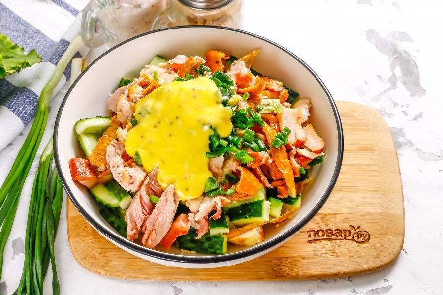 Выложите майонез любой жирности и аккуратно перемешайте салат, посолив и поперчив его.