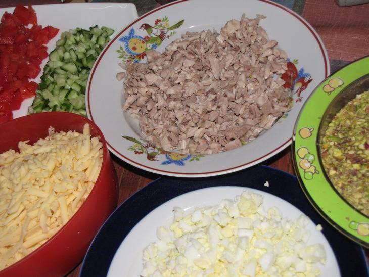 Подготавливаем ингредиенты. Отвариваем яйца, моем овощи. Натираем на терке сыр, фисташки слегка измельчаем , а все остальные ингредиенты нарезаем маленькими кубиками. Если помидоры очень сочные - после того, как их нарежете, слейте лишний сок.