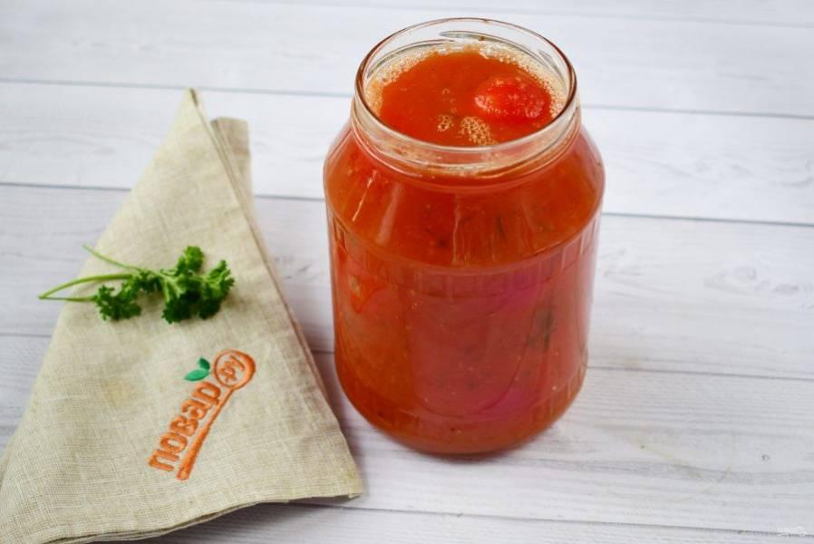 3. Томатный сок доведите до кипения, варите в течение 15 минут. Залейте полученной смесью банку с помидорами.