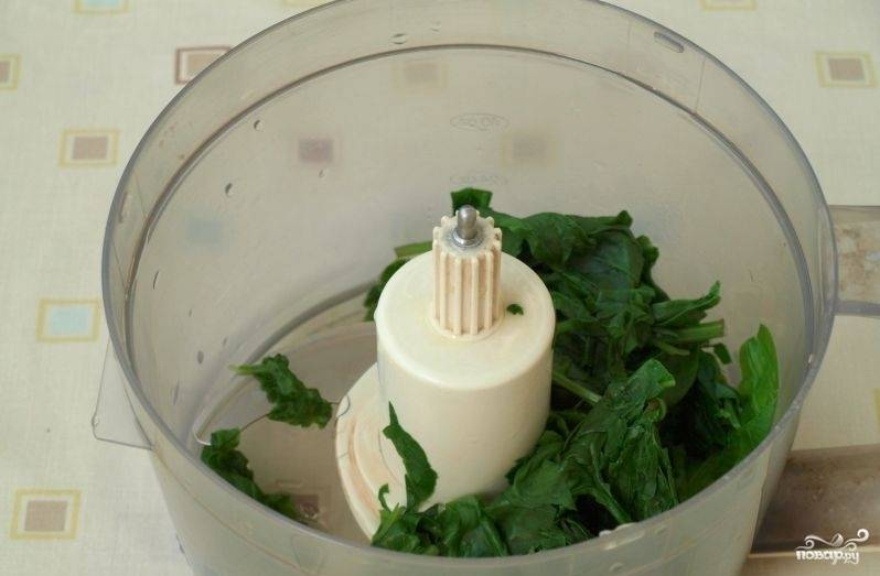 Вскипятите воду. Опустите в неё на 3 минуты промытый шпинат. Затем удалите из него воду через шумовку или дуршлаг. После этого шпинат измельчите через блендер.