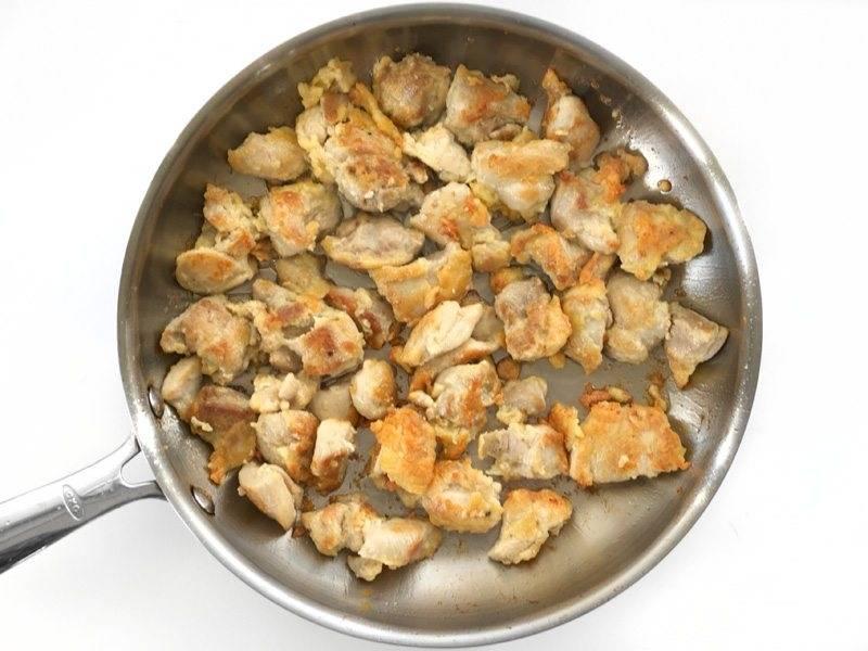 6.Нагрейте большую сковороду с растительным маслом, выложите кусочки курицы в сковороду одним слоем и готовьте в течение 2-3 минут пока курица не станет золотисто-коричневого цвета, затем переверните мясо и готовьте с другой стороны еще 2-3 минуты.