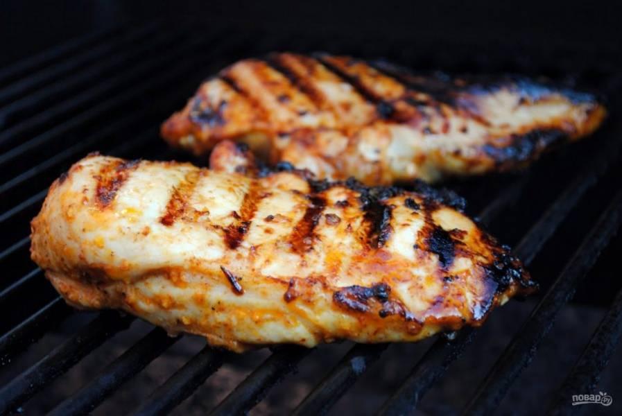 Отправляйте курицу жарить на разогретый гриль. На каждую сторону уйдет по 6-10 минут жарки.