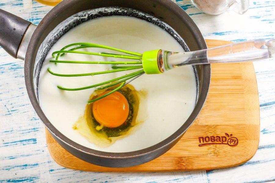 Вбейте куриное яйцо и взбейте всю массу. Если кефир будет слишком горячим, то яйцо свернется!