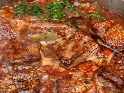 Варим 15 минут, затем добавляем петрушку, лавровый лист, соль и перец по вкусу. Через несколько минут снимаем блюдо с огня. Даем супу настояться под крышкой 20 минут.
