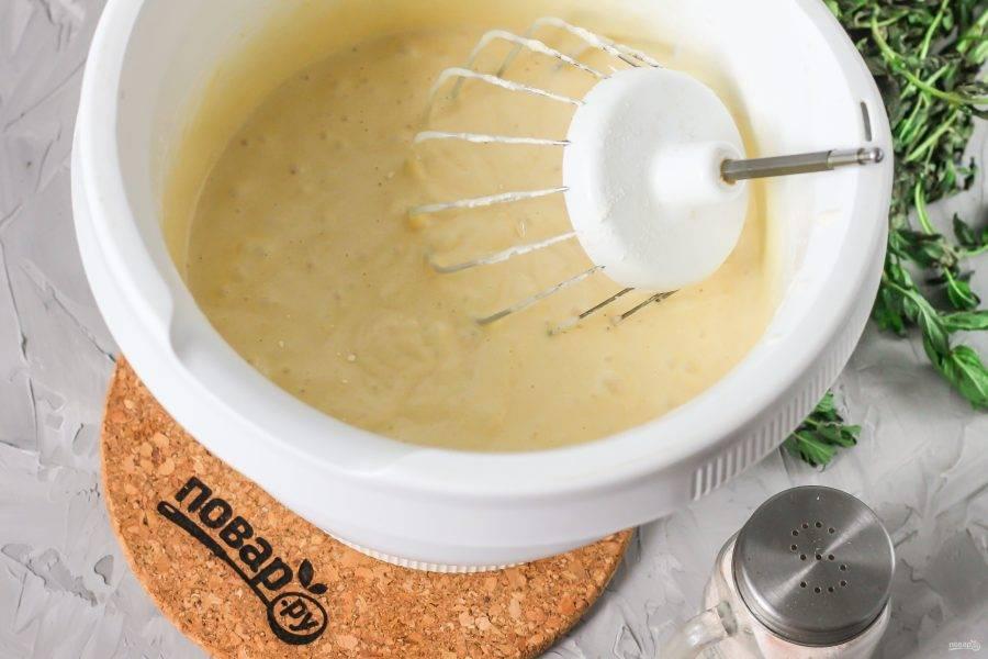Только после добавления муки влейте в тесто горячее молоко с маслом и сразу же начните перемешивать на малых оборотах, вмешивая жидкость в тесто. Разогрейте духовку до 180 градусов.